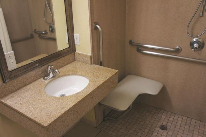 La Quinta Inn & Suites by Wyndham Albuquerque Midtown - Albuquerque - Bathroom