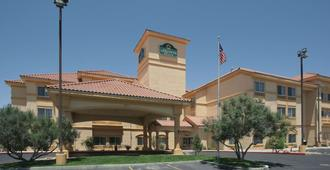 La Quinta Inn & Suites by Wyndham Albuquerque Midtown - Albuquerque - Building