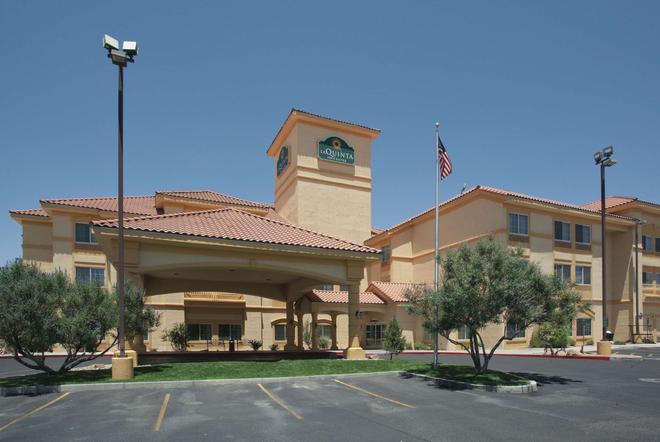 La Quinta Inn & Suites by Wyndham Albuquerque Midtown - Albuquerque - Building