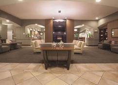 La Quinta Inn & Suites by Wyndham Albuquerque Midtown - Αλμπουκέρκι - Σαλόνι