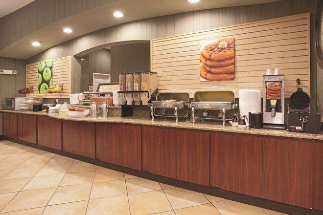 La Quinta Inn & Suites by Wyndham Albuquerque Midtown - Albuquerque - Buffet