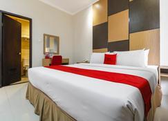 RedDoorz Plus near Pantai Losari - Makassar - Bedroom