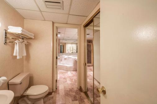 Rodeway Inn & Suites - Charles Town - Bathroom