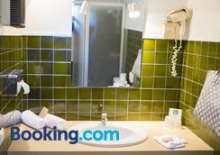 Le Mas Des Aigras - Orange - Bathroom