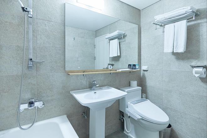 Tower Hill Hotel - Busan - Bathroom
