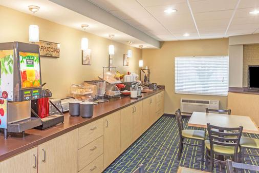 Ramada by Wyndham Louisville Expo Center - Louisville - Buffet