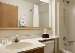 Super 8 by Wyndham Johnstown - Johnstown - Bathroom