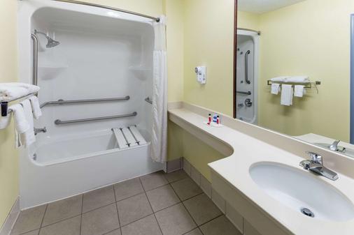 Days Inn & Suites by Wyndham Union City - Union City - Bathroom