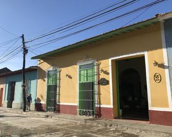 Hotel E La Calesa - Трінідад - Building
