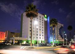 Holiday Inn Express & Suites Toluca Zona Aeropuerto - Toluca - Gebäude