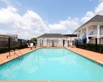Baymont by Wyndham Prattville - Prattville - Pool