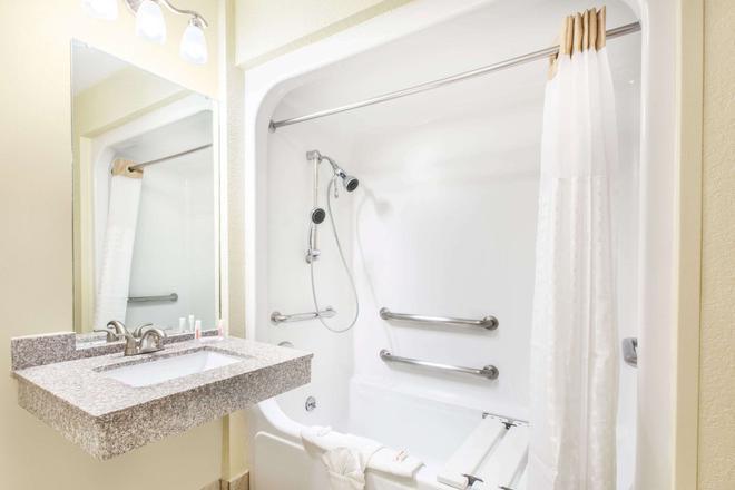 Days Inn by Wyndham Arlington - Arlington - Bathroom