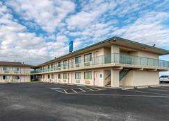 Rodeway Inn - Hays - Building