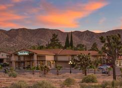 Travelodge Inn & Suites by Wyndham Yucca Valley/Joshua Tree - Yucca Valley - Building