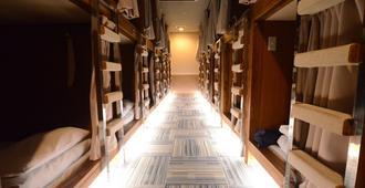 Kumamoto Capsule Hotel - Hostel, Caters to Men - Kumamoto - Meeting room