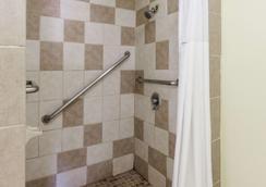 Days Inn by Wyndham Kent - Akron - Kent - Bathroom