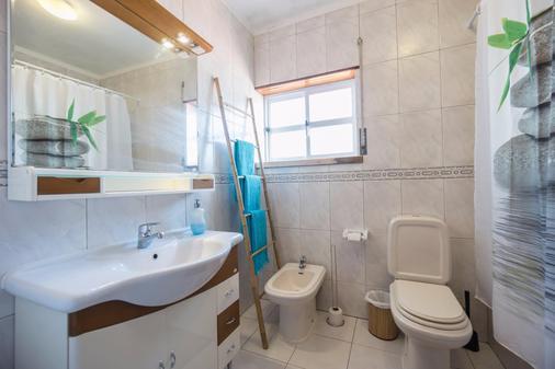 H2O Surfguide Hostel - Peniche - Bathroom