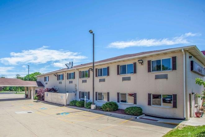 Comfort Suites Peoria I-74 - Peoria - Building