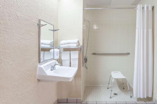 Super 8 by Wyndham Columbia - Columbia - Bathroom