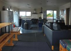 Hat Trick Lodge - Motueka - Living room