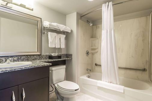 Comfort Inn & Suites - Moose Jaw - Bathroom