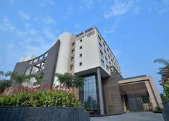 Courtyard by Marriott Raipur - Raipur - Basen