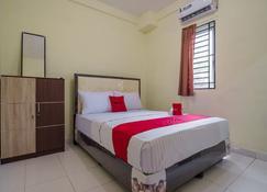 RedDoorz near Politeknik Negeri Medan - Medan - Bedroom