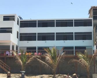 Hotel Puerto Varas de Punta Sal - Canoas - Building
