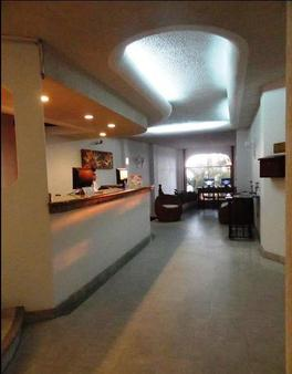 Emperador Vallarta Beachfront Hotel and Suites - Puerto Vallarta - Front desk