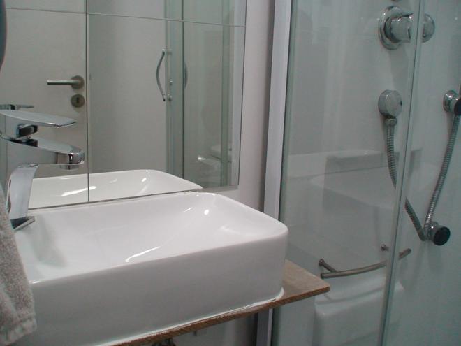 Lisbon Destination Hostel - Lisbon - Bathroom