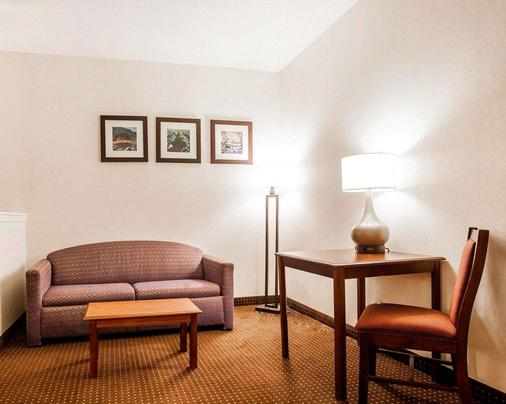 Quality Inn - Kingdom City - Living room