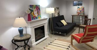 Capitol Hill Guest Suite with one parking spot and private entrance - Washington - Living room