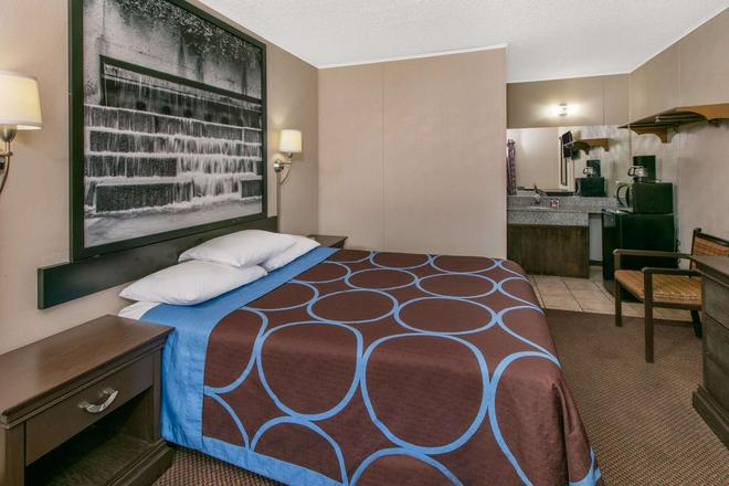 Super 8 by Wyndham Lubbock Civic Center North - Lubbock - Bedroom
