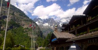 Ih Hotels Courmayeur Mont Blanc Resort - Courmayeur - Vista esterna