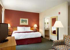 Baymont by Wyndham Wichita East - Wichita - Bedroom