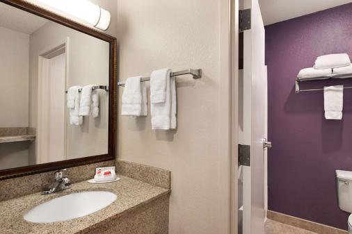 Baymont by Wyndham Springfield I-44 - Springfield - Bathroom