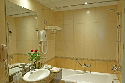 Golden Tulip Sharjah - Sharjah - Bathroom