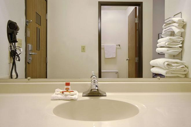 Super 8 by Wyndham York - York - Bathroom