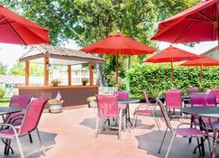 Ramada by Wyndham Lexington North Hotel & Conference Center - Lexington - Innenhof