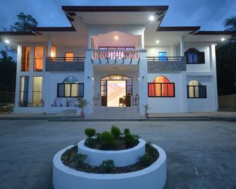 White Summerville Tourist Inn - Busuanga - Building