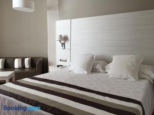 Hotel Tres Torres - Thị trấn Santa Eularia des Riu - Phòng ngủ