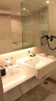 Aston Pluit Hotel & Residence - North Jakarta - Bathroom