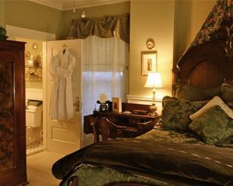 Brass Pineapple Inn - Charleston - Bedroom