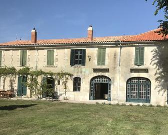 Villa 2 Pas Sages - La Roche-Chalais - Building