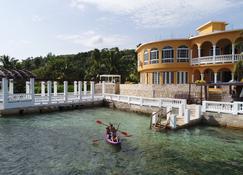 Waters Edge Villa - מונטגו ביי - בניין