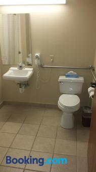 All American Inn and Suites - Branson - Bathroom