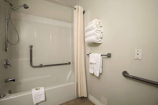 速 8 卑詩省雷夫爾斯托克酒店 - 瑞佛斯托克 - 雷夫爾斯托克 - 浴室