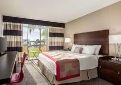 Ramada by Wyndham Sarasota - Sarasota - Πισίνα