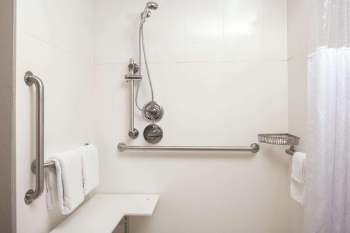La Quinta Inn & Suites by Wyndham Fairfield - Napa Valley - Fairfield - Bathroom