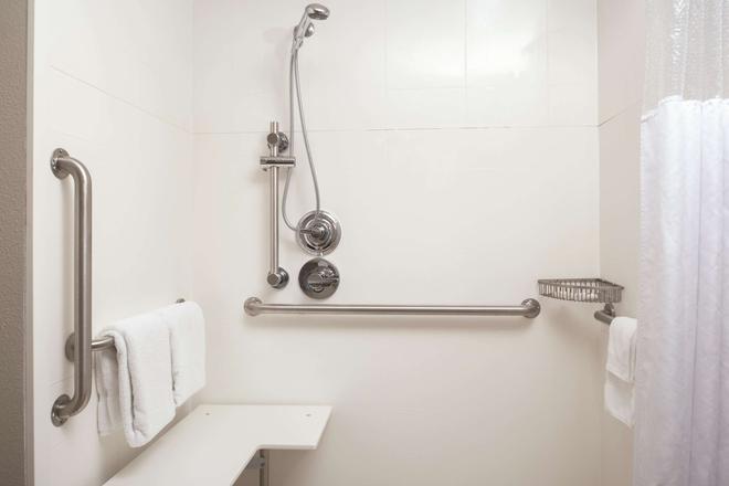 La Quinta Inn & Suites by Wyndham Fairfield - Napa Valley - Fairfield - Baño
